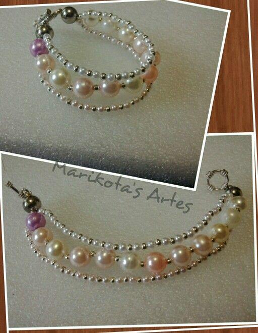 Essa experimentei fazer tres camadas, como da pra ver a do meio usei perolas grandes de varias cores, na outra usei perolas pequenas rosa e prata e na outra branca e prata.