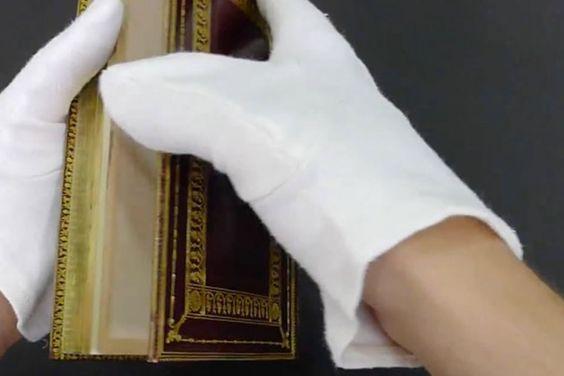 Un libraire plie le rebord de ce vieux livre, ce qui se produit est fascinant!