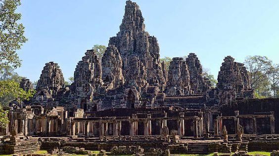 """Angkor-In der Sprache der Khmer bedeutet Angkor """"Stadt"""". Dennoch bestand die Region im heutigen Kambodscha genau genommen aus mehreren Städten. sie bildeten das zentrale Siedlungsgebiet der Khmer und den Mittelpunkt ihres historischen Königreichs. Berühmt ist Angkor bis heute für Angkor Wat, die größte Tempelanlage der Welt."""
