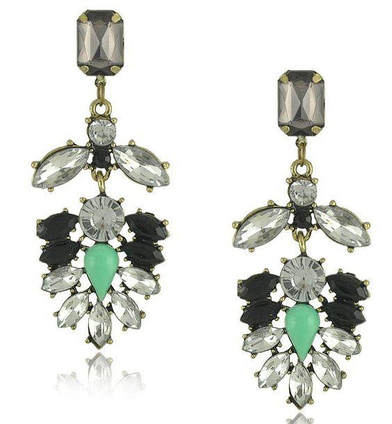 Pendientes Darice. Se componen de piedras unidas en tonos verde, gris, negro y cristales transparentes fijados sobre base de metal dorado envejecido. Cierre de tuerca en la parte posterior.