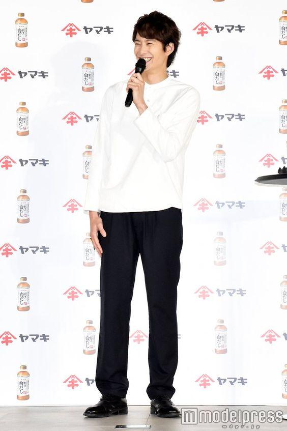 モノトーンコーデの岡田将生のファッション
