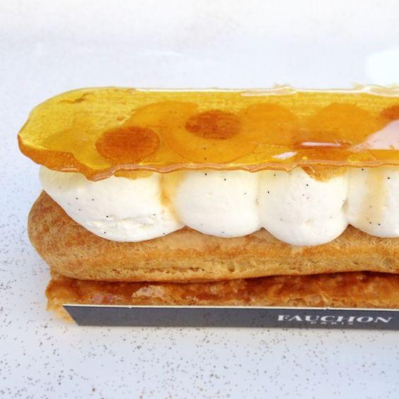 C'est la semaine de l' #éclair chez @fauchon_paris ! Pour moi, ce fût un sympathique Saint-Honoré : pâte feuilletée caramélisée, crémeux caramel, crème Chantilly à la vanille Bourbon de Madagascar, dentelle de caramel croquant. Miam !!!#eclairweek #instafood #instagood #foodpics #dessert #yummy #sainthonore #fauchon #patisserie is not #pornfood #30likes