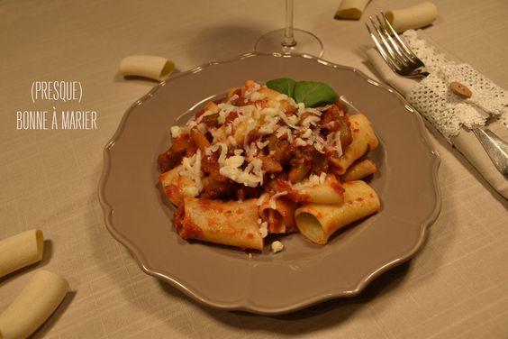 Spécialité sicilienne pleine de soleil : les pasta alla Norma, tomates, aubergines, ricotta salée ou pecorino à retrouver sur (presque) bonne à marier