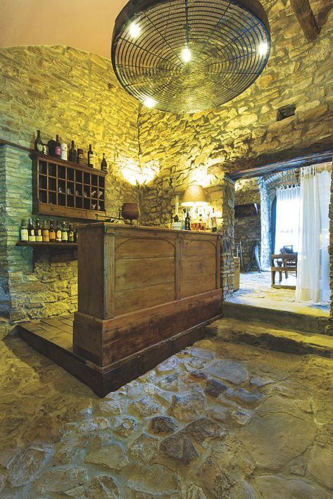 Bancone da bar realizzato con legno di recupero.