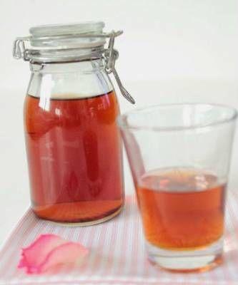 Dalle Rose, il liquore delle Signore: il Rosolio. Nato durante il Regno delle Due Sicilie, veniva offerto durante le grandi occasioni, come matrimoni, fidanzamenti e altre ricorrenze, ma anche semplicemente come buon augurio.