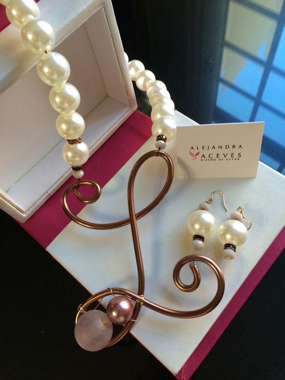 Collar de maxi perlas con inicial. www.alejandraaceves.com FB: Alejandra Aceves Diseño de Autor.