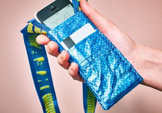 Jemand schaut auf seinem Handy nach der Uhrzeit. Das Handy befindet sich in einer Tasche, die aus FRAKTA Tasche groß in Blau hergestellt wurde.