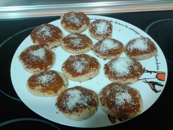 Galleticas caseras con chocolate y ralladura de naranja en su interior y coronando dulce de leche y coco.