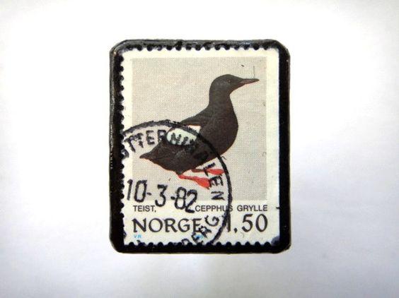 ノルウェー「鳥」 切手ブローチ706素材:使用済み切手、革 サイズ:36✕33mm(中型)重さ:約5g切手面は、剥がれないようコーティングブローチにしてお届け...|ハンドメイド、手作り、手仕事品の通販・販売・購入ならCreema。