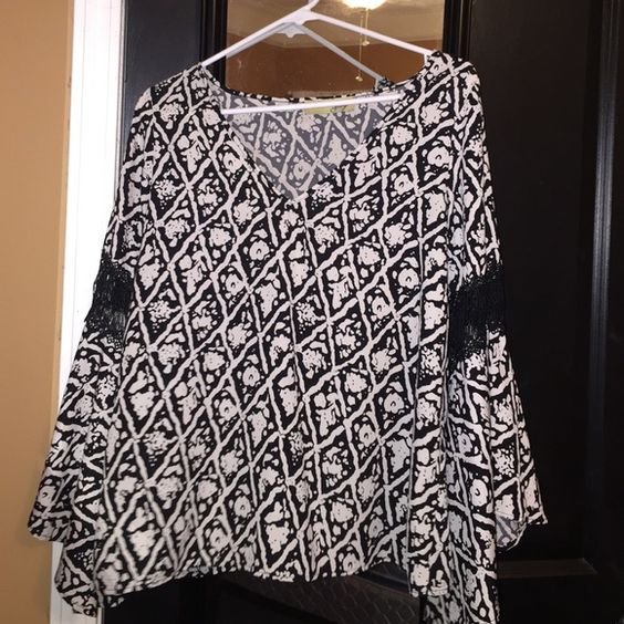 A cute spring top,perfect with black wedges!!! Black and white Bell-Bottom top , only wore once , can pair with black wedges and white capris!! Brand - Jay Jay Tops Tees - Long Sleeve