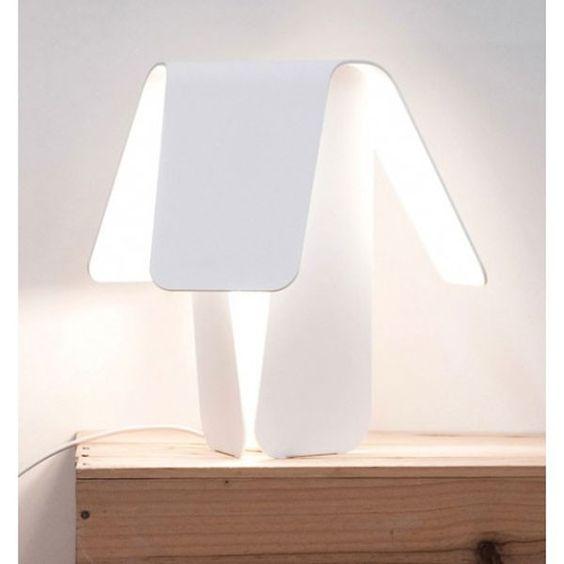 De leuke Normann Copenhagen Petal #tafellamp is ontworpen door Jörg Boner en fleurt elk nachtkastje op. #verlichting #lamp