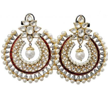 These earrings are sure to be treasured by you. The stunning pair of earrings have pearls, #diamonds and kundan elements. The red enamel adds a touch of colour. The #kundan flower top will sit beautifully on your ear.