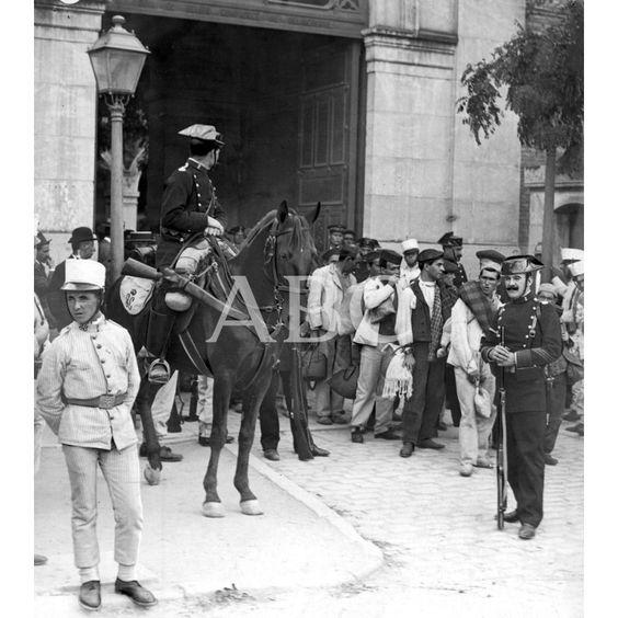 1911 CONDUCCIÓN DE PRESOS. PENADOS DE CEUTA LLEGADOS A MADRID Y QUE FUERON TRASLADADOS A OTROS PENALES DESDE LA CÁRCEL MODELO.: Descarga y compra fotografías históricas en | abcfoto.abc.es