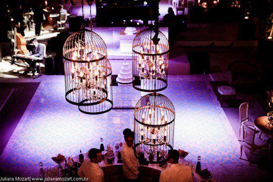 Luminárias de velas em gaiolas.