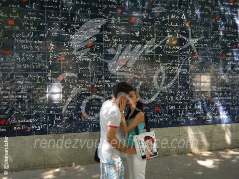 """311 maneras de decir """"Te quiero"""" en Place des Abesses, Montmartre París."""