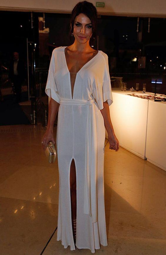 Mel Fronckowiak, namorada de Rodrigo Santoro, sensualizou ao escolher um longo branco com decote profundo e fenda (Foto: Inácio Moraes/Gshow):