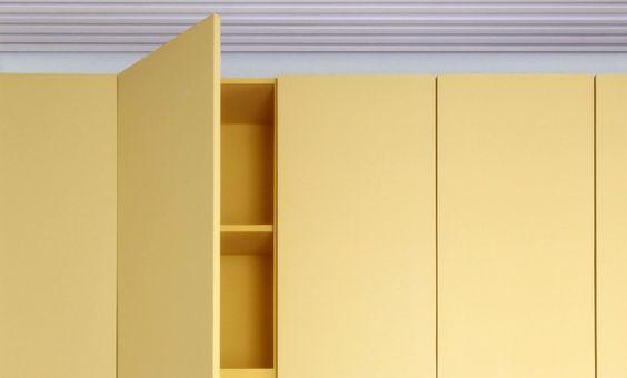 fundación Ivy - centro de gestión educativa infantil - Beijing, China | AQSO Detalle mueble de madera lacada, puerta amarilla, armario