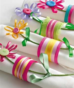 Tudo feito de fitas de cetim, tecido, botões e arames encapados com fita para jardinagem. Fica lindo e bem alegre!
