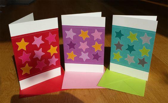 Weihnachtskarten zum Prickeln sind Grußkarte und Bastelidee in einem. Klappkarten mit Sternen in verschiedenen Farben mit farbigen Umschlägen.