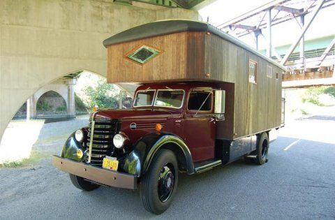 un magnifique camping car am nag dans un camion ancien. Black Bedroom Furniture Sets. Home Design Ideas