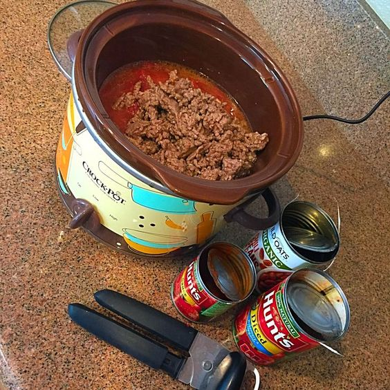 EASY crockpot chili recipe using only 5 ingredients...your family will love it & you'll love how easy it is!!