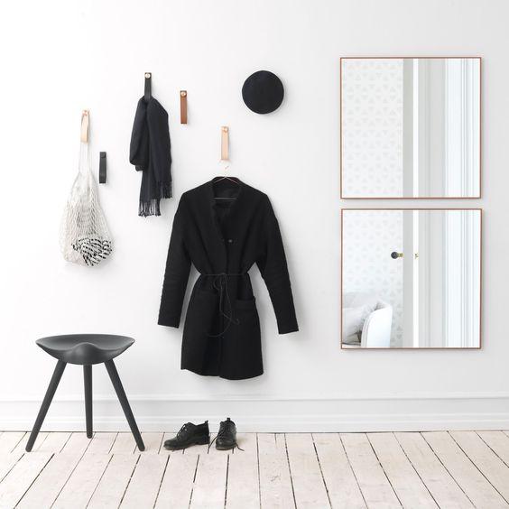 Die Stropp Wandhaken und der View Spiegel von by Lassen passen zusammen in den Eingangsbereich. Aber auch in anderen Wohnbereichen lassen sich vor allem die Stropps gut einsetzen.