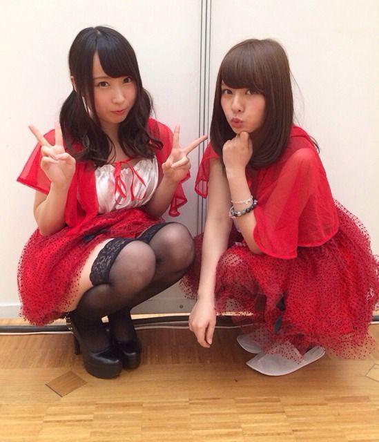 赤い衣装を着た山田菜々