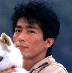 犬を抱っこする真田広之