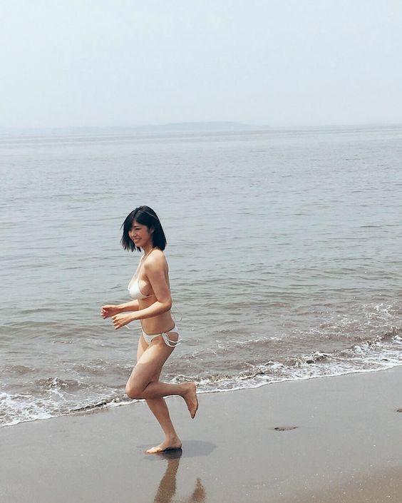 海辺を走るわちみなみのエロ可愛い画像