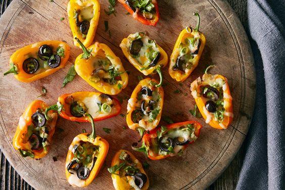 Une version sans croustilles des nachos classiques? Faits de poivrons croquants, d'olives noires, d'oignons verts et de fromage crémeux, ces hors-d'œuvre sont savoureux et très satisfaisants. Goûtez-y: vous serez conquis!