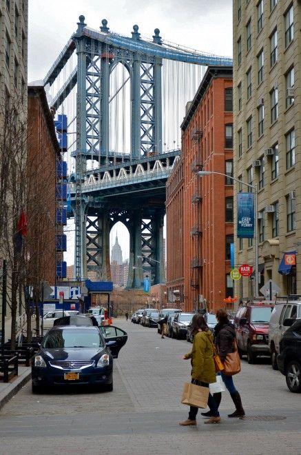 New York, Brooklyn: Washington Street, quartier Dumbo, voir l'Empire State Building emprisonné entre les piliers du pont de Manhattan