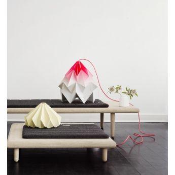 Suspension Moth XL - Dégradé rose - Snow Puppe La suspension Moth XL gradient rose apportera une petite touche de gaieté et de fun dans votre intérieur. Cette suspension possède en effet un joli effet dégradé rose : le rose flashy se trouvant en son sommet est atténué par le blanc immaculé du reste de la suspension. Son pliage en origami offre un résultat saisissant tout en légèreté et en volume.
