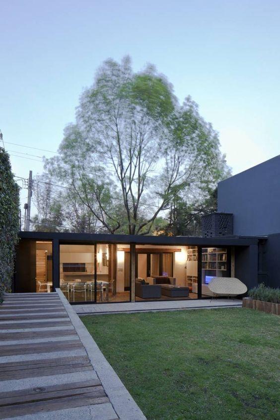 chalet de jardin habitable moderne qui abrite un coin repas et un coin salon