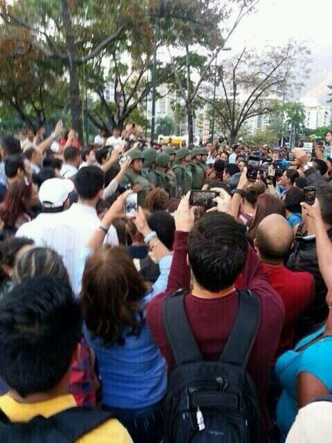 6:00pm Grupo de personas se concentra en Plaza Altamira pic.twitter.com/rnbcYi9ah6 (vía @AnonsVenezuela) #17M
