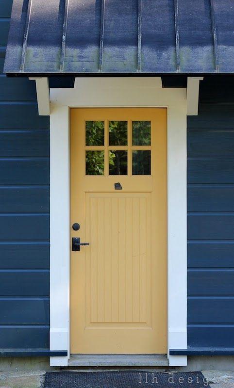Puerta color mostaza