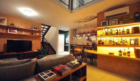 Detalhes que fazem a diferença: iluminadas, as prateleiras anguladas se juntam a mesa feita sob medida (foto: 2L Arquitetura / divulgação)