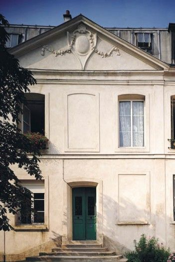 Maison dite du Cardinal du Perron  Adresse : 43, rue Sadi-Carnot, Bagnolet, France  Datation XVIIe siècle    Cette demeure, bien que restaurée aux XIXe et XXe siècles, n'en reste pas moins l'une des plus anciennes de Bagnolet.
