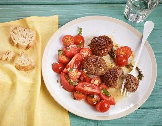 Die klassischen Frikadellen servieren wir heute mal mit Quark-Dipp und saftigen Tomaten – lecker!