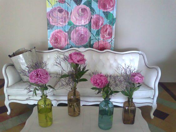 mi decoración con peonias cada una en un frasco antiguo  sillón francés mi mural de rosas