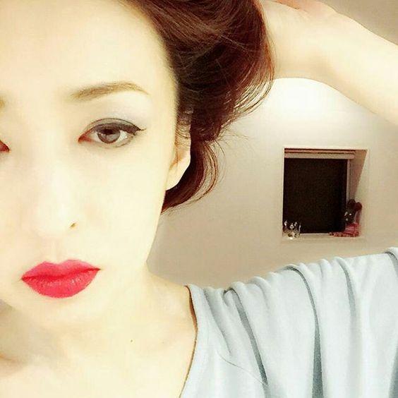 髪をかき上げる松雪泰子
