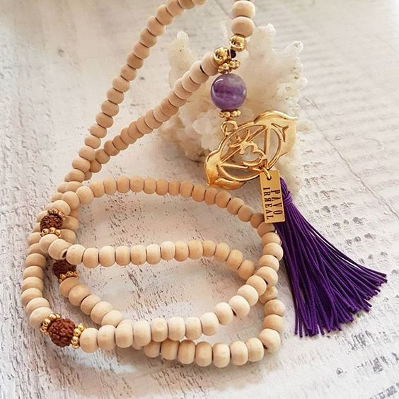 "Ref:C02132 Mala Chakra (6.Sexto chakra) CHAKRA DEL TERCER OJO. ""AJNA""Color Violeta.💜 Capacidad para visualizar y entender conceptos mentales. YO COMPRENDO.  @pavoirreal #pavoirreal #necklace #malas #chakras #naturalstone #jewelry #golden  #style #mystyle #handmade #design #colombiandesign #style #biyoux #musthave #handcrafted #yocomprocolombiano💯✔️"