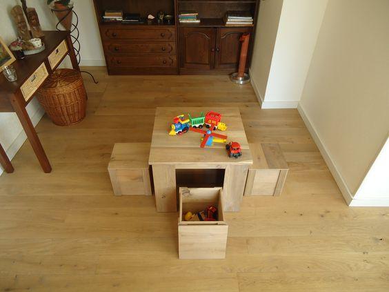 Leuke stoere houten tafel met vier houten zit kistjes met speelgoed opbergruimte. Originele eiken meubeltjes, twee kistjes passen onder de tafel. Robuust uiterlijk en afgewerkt met licht grijze olie. De kleine kistjes kunnen ook als bijzettafeltje worden gebruikt zodat er twee tafels ontstaan. Het hout is hergebruikt van eiken parketplanken, dus ook nog eens milieu vriendelijk. De afmeting van de tafel is lxbxh 62x62x50cm en de kleine kistjes zijn lxbxh 28x28x28cm.