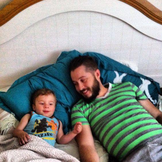 Bob le bricoleur au lit la fin de semaine entre homme.