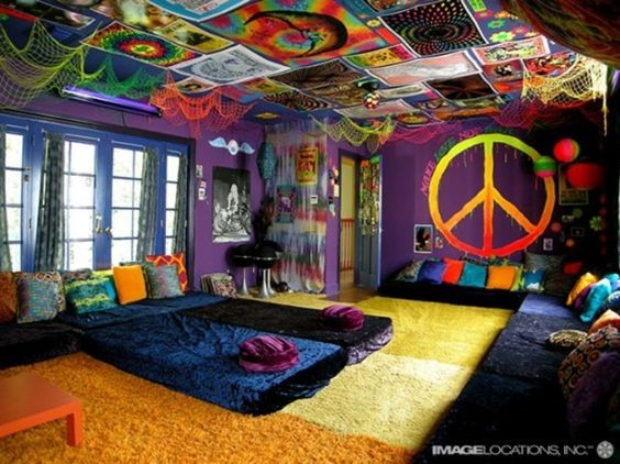 Chill down in this hippie style bedroom. Love and peace is all you need...