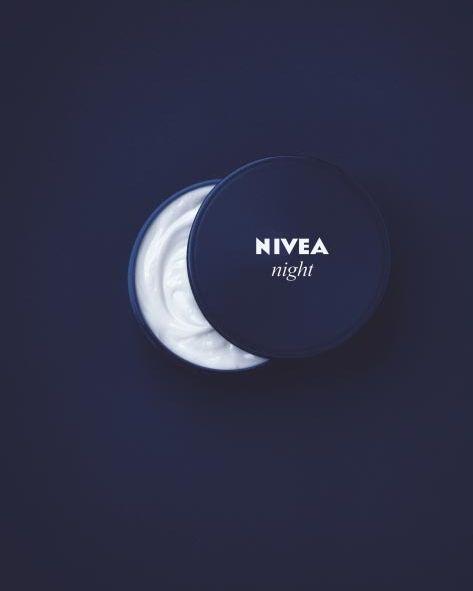 este anuncio trata de la crema nivea pero para la noche y lo que han echo a sido simular la luma con el bote y la crema
