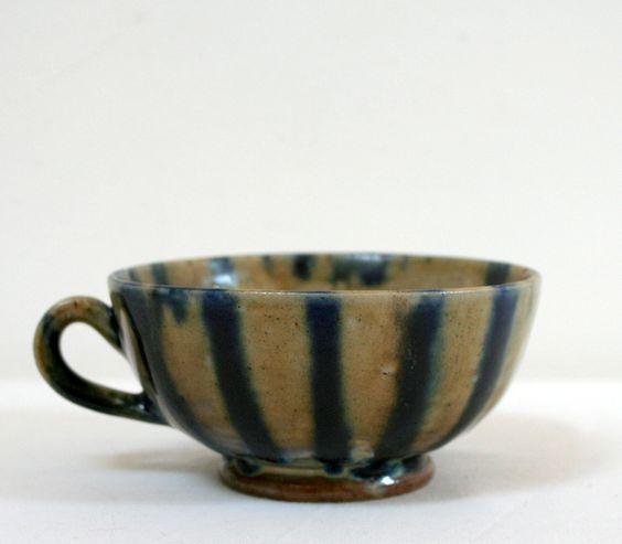 Tasse à rayures - 8€ Grande tasse en gré émaillé, tons gris /brun, noir/bleu, irisée. Renault argent, fabriquée en France.- Cuisine Grand-Mère - La Mère Lipopette- Vintage, brocante et enfantillages
