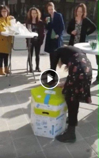 Mulher fica surpresa ao receber ingresso pra show