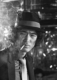 タバコを銜えるクールな松田優作