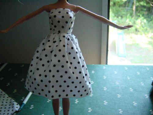 Barbie strapless fácil desde la libre patrón pdf descargable aparece con una corta falda fruncida