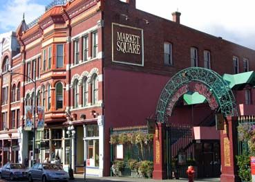 Market Square é um dos pontos históricos e ao mesmo tempo turísticos da cidade. Neste conjunto de prédios de tijolos vermelhos estão lojas vendendo hortaliças, frutas, artesanato e muitas curiosidades